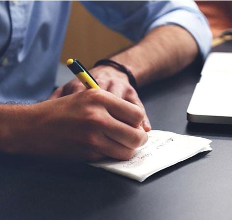 Business Marketing Coach Online Mann - Unternehmer schreibt