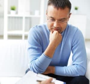 Business Marketing Coach Online Unternehmer Mann nachdenklich
